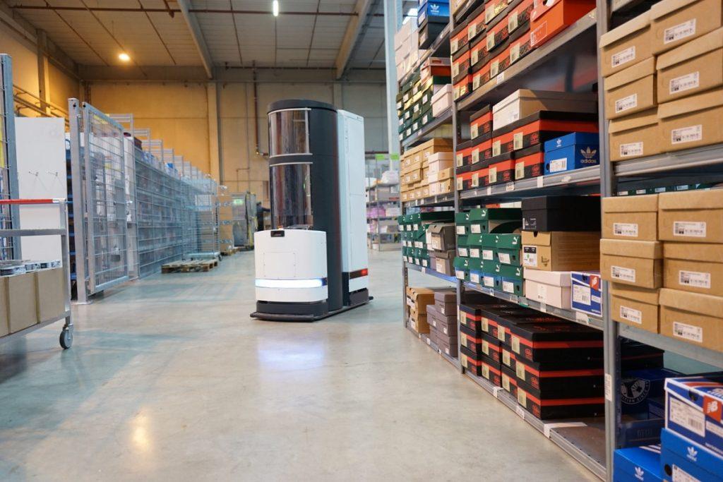 Autonomer Greif- und Transportroboter in der Lagerlogistik