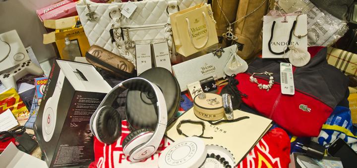 Gefälschte Produkte – @shutterstock | Brendan Howard