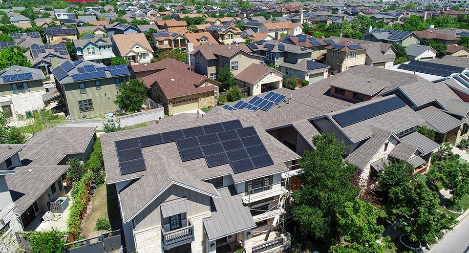 Bis 2030 sollen in Österreich 100% erneuerbare Energie mit einem Zubau von elf Gigawatt Photovoltaik erreicht werden - @shutterstock | Roschetzky Photography