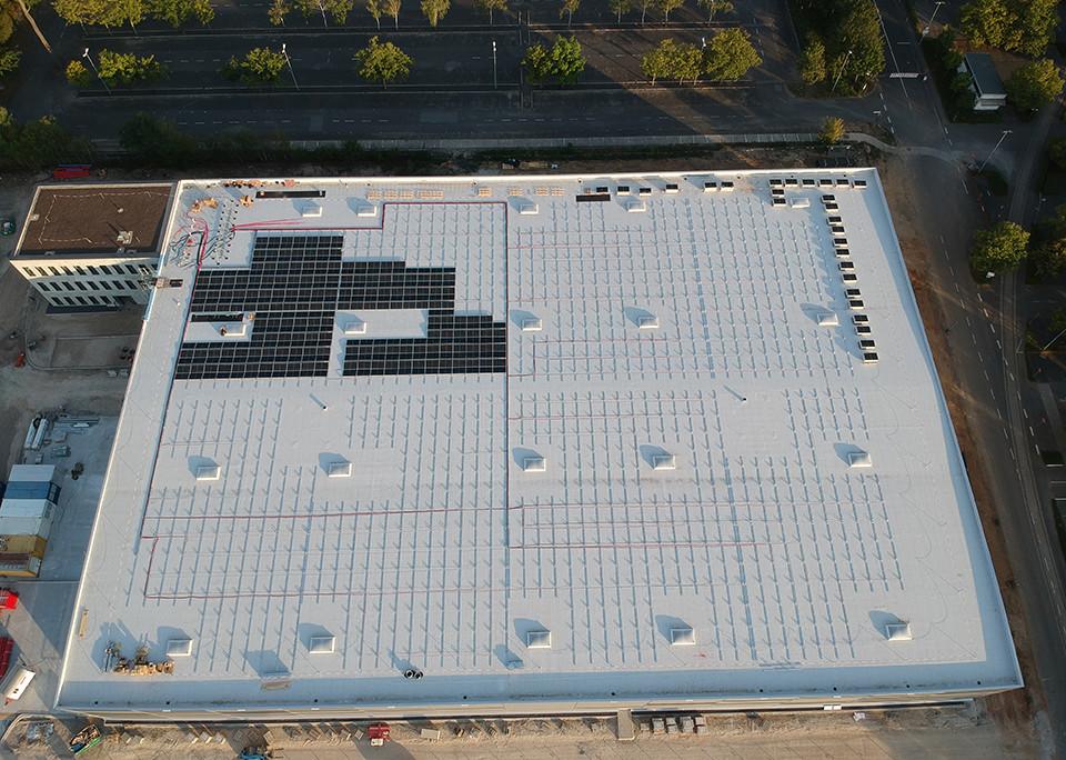 Der Beginn der Dachbelegung bei einem aktuellen ADLER-Projekt für eine Dachanlage mit 750 kWp und fast 2100 Modulen in Deutschland - Bild: ADLER Smart Solutions GmbH