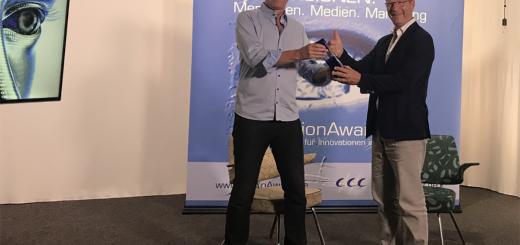 Auszeichnung mit dem VisionAward 2020: Der Jury-Vorsitzende Ulrich Clef (links) überreicht den Vision Award an Donald Müller-Judex - © solmove.com