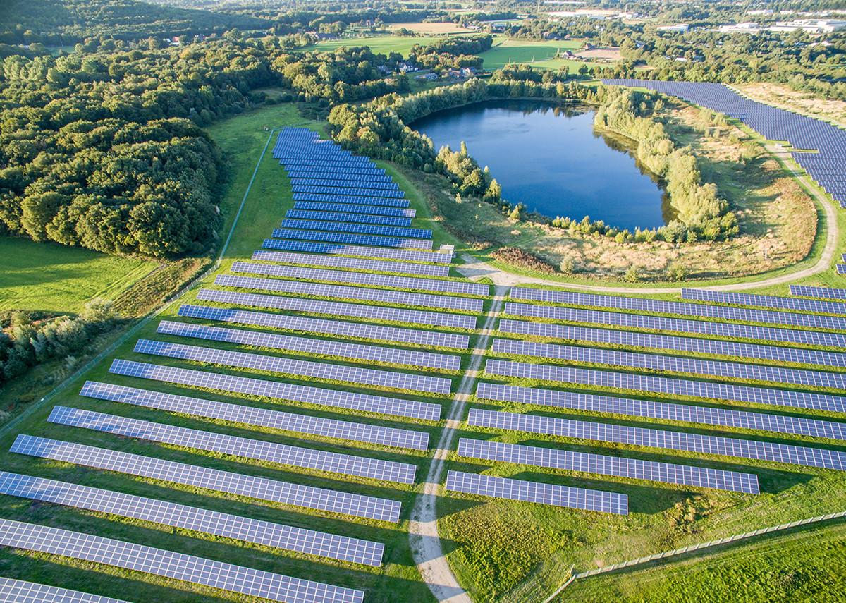 Luftaufnahme des Photovoltaik-Kraftwerks Enni / Neukirchen-Vluyn – Bild: Lukassek|Shutterstock.com