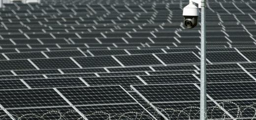 Die Sicherheit und der Schutz von Solarparks - Bild: Romeo Rum|Shutterstock.com