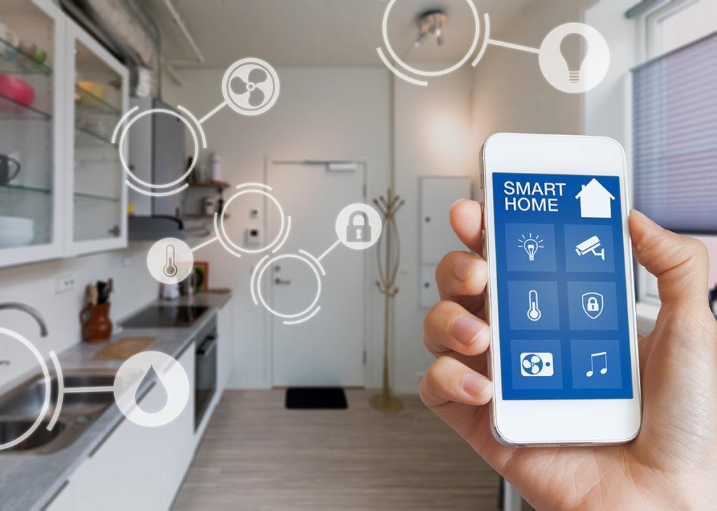 Smarthome-Technologie-Schnittstelle auf Smartphone-App-Bildschirm mit Augmented Reality (AR) - Sicht auf das Internet der Dinge (IOT) verbundene Objekte im Inneren der Wohnung - Bild: NicoElNino Shutterstock.com