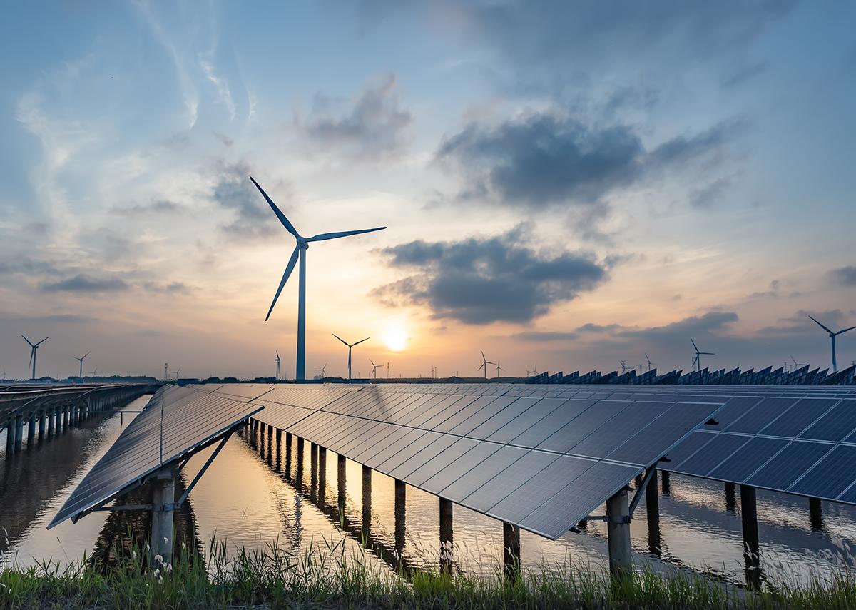Sonnenenergie und Windkraft, saubere Energie aus der Natur - Bild: crystal51|Shutterstock.com