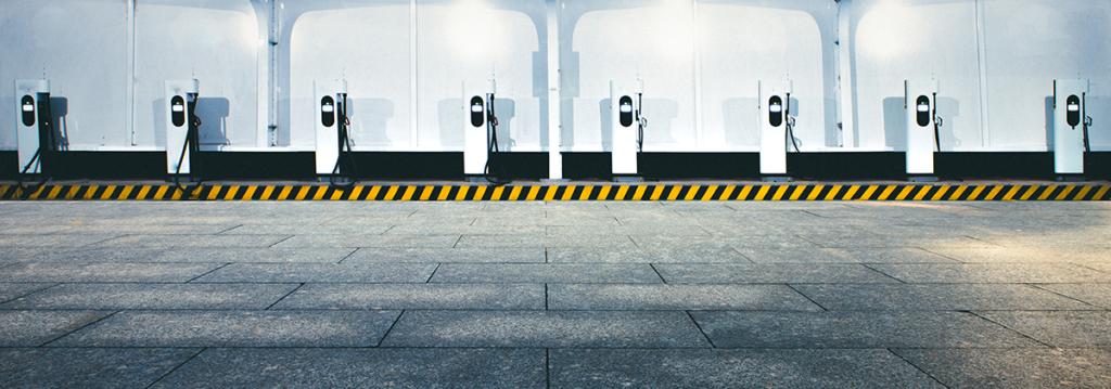 Eine Reihe von Ladesäulen für Elektrofahrzeuge - Bild: TPCX|Shutterstock.com