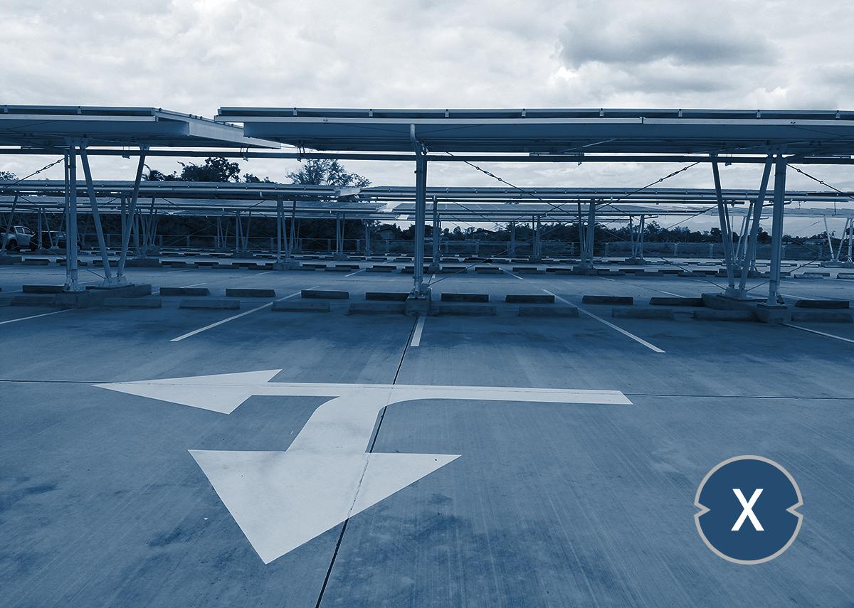 Firmparkplätze oder Einkaufcenter Parmöglichkeiten auf Solarcarports umrüsten - Bild: Xpert.Digital / PATSUDA PARAMEE Shutterstock.com