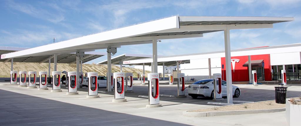 Tesla Solartankstelle - Bild: Sheila Fitzgerald|Shutterstock.com