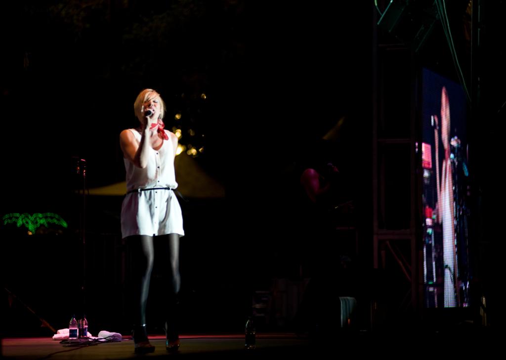 Natasha Bedingfield tritt auf der Bühne der California State Fair auf.
